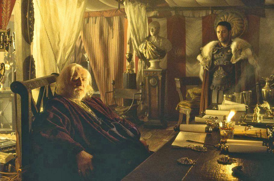 Marco Aurelio, el hombre más poderoso de la tierra en su escritorio. Escena de la película Gladiator
