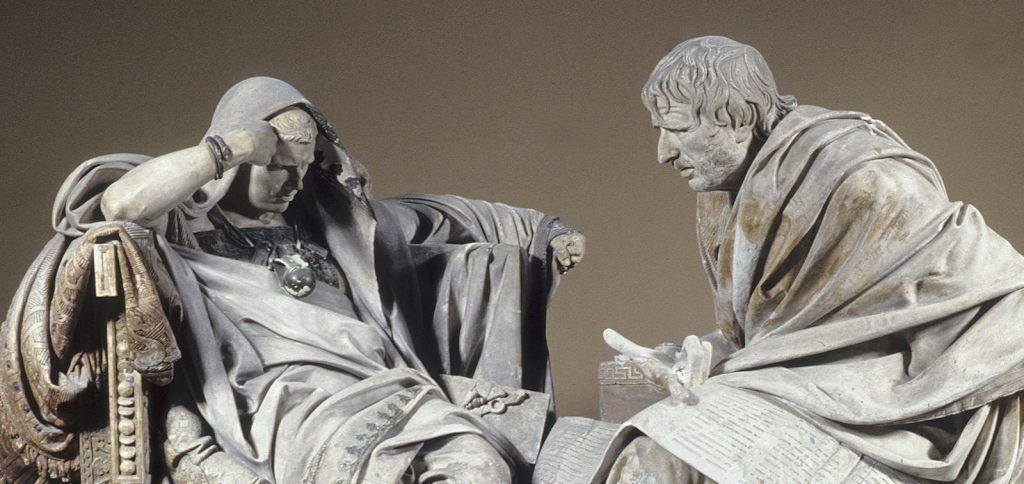 En esta escultura podemos ver al filósofo Séneca enfrente del emperador Nerón