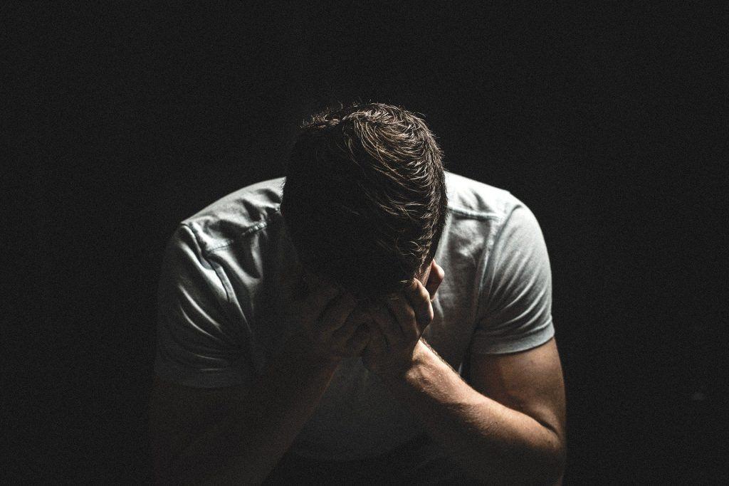 El estoicismo promueve la gestión emocional a través de la razón.