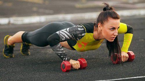 mujer entrenando fuerza