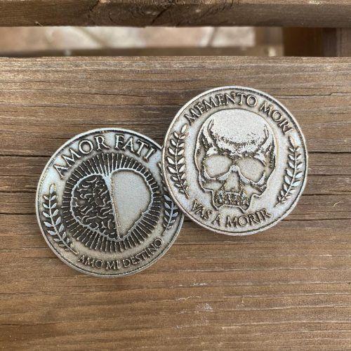 monedas Memento Mori y Amor Fati