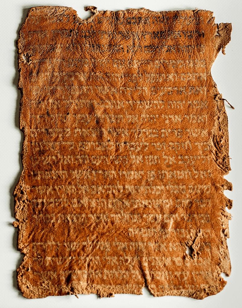 Pergamino antiguo que simboliza la antigüedad de los libros